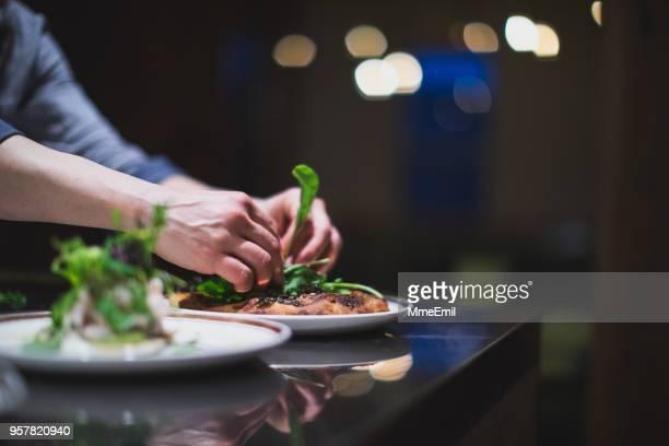 cozinhe, preparar muitos pratos na cozinha de um restaurante. restauração. indústria alimentar - porção de comida - fotografias e filmes do acervo