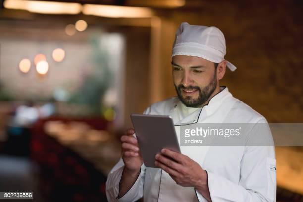 Kochen Sie mit einem Tabletcomputer in einem restaurant