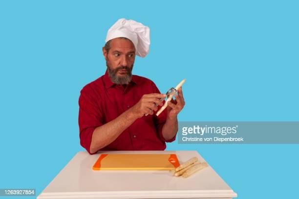 cook with hat and vegetable at table - vegetais - fotografias e filmes do acervo