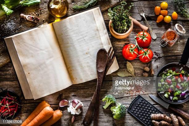 野菜、スパイス、ハーブと料理は、素朴な木製のテーブルの上から撮影 - 料理本 ストックフォトと画像