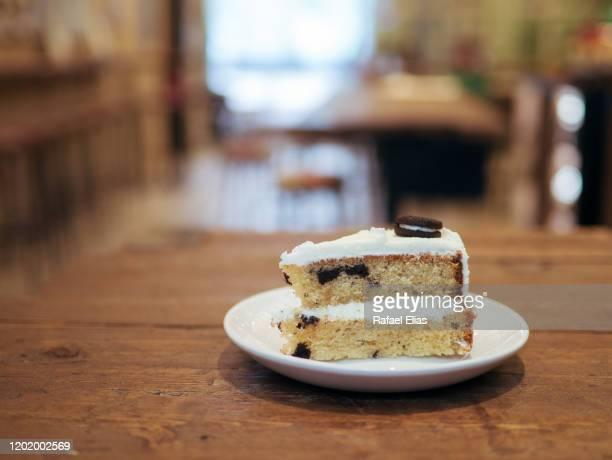 cookie cake slice at the coffee shop - scheibe portion stock-fotos und bilder