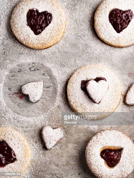 galleta con mermelada, galletas linzer con mermelada, galletas de navidad, galletas linz, - cultura húngara fotografías e imágenes de stock