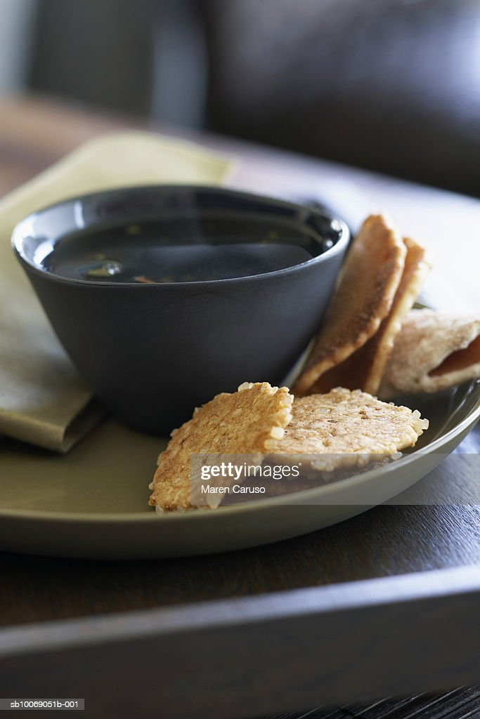 Cookies and tea on plate, close-up : Stockfoto