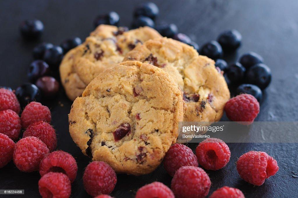 cookies raspberries blueberries : Stock-Foto