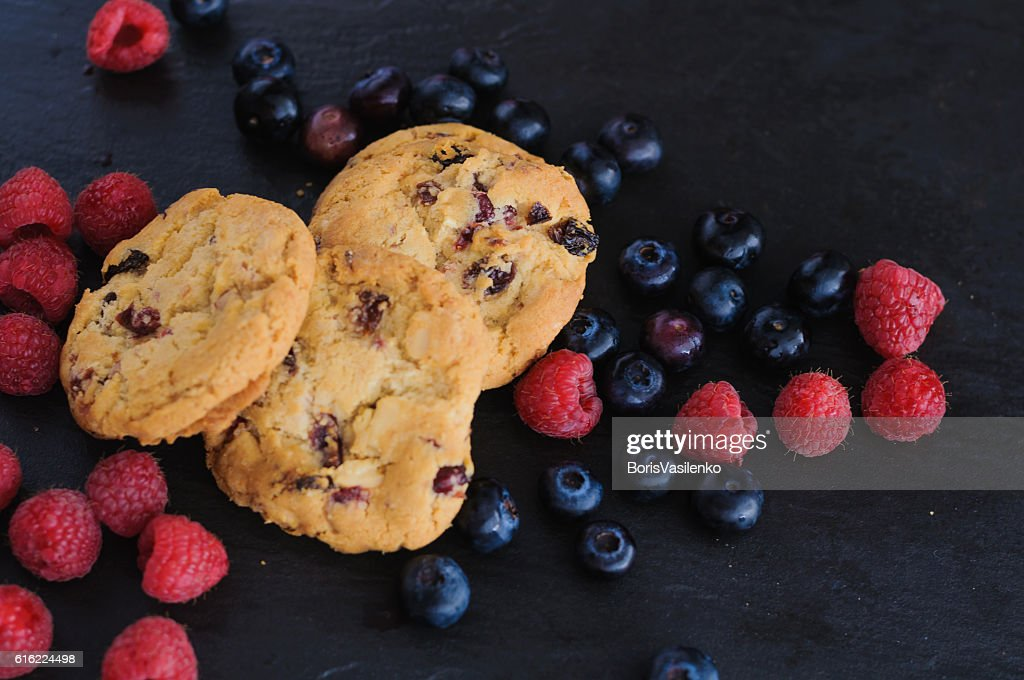 cookies raspberries blueberries : Stock-Foto