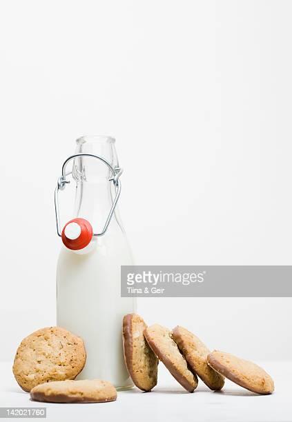 Vasetto di biscotti con latte