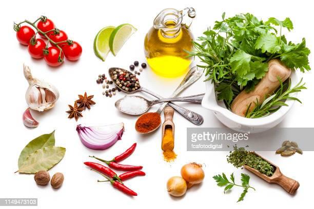 koken en kruideningrediënten: groente, kruid en specerijen op witte achtergrond. - keukengereedschap stockfoto's en -beelden