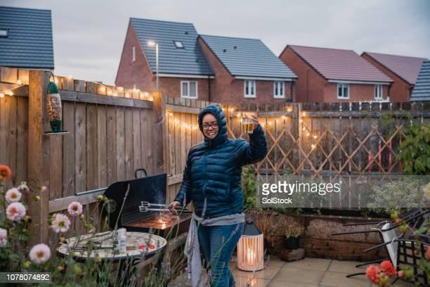 cuisson au barbecue - pluie humour photos et images de collection