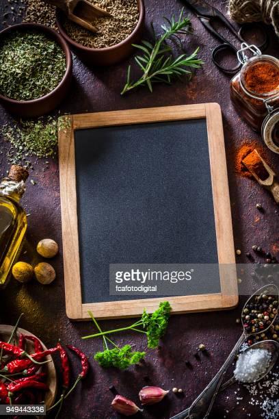 cozinhar: quadro-negro com ingredientes e especiarias - quadro negro - fotografias e filmes do acervo