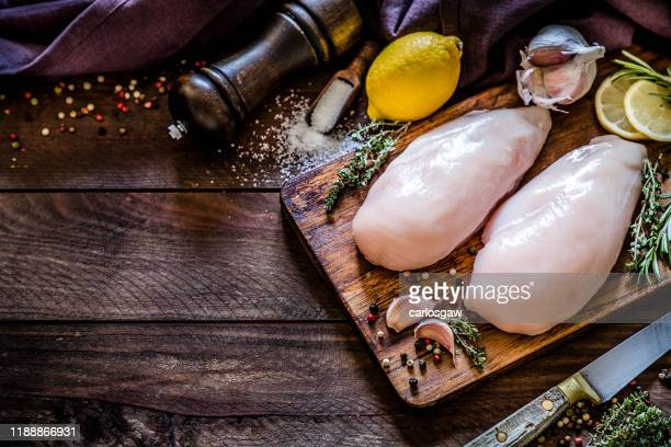kippenborst koken - rauw stockfoto's en -beelden