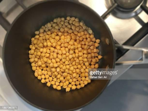 cooking chickpeas in a cooking pot - rafael ben ari - fotografias e filmes do acervo