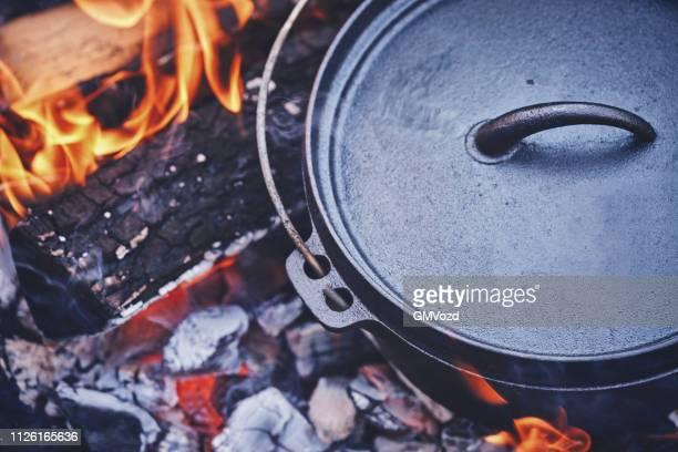 logfire でダッチ オーブンでチリコンカーンを調理 - ダッチオーブン ストックフォトと画像