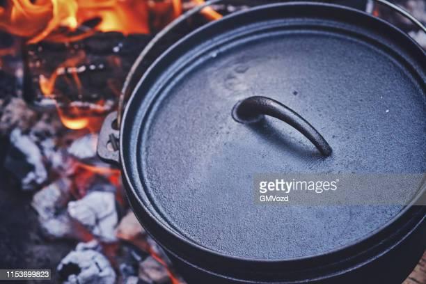 logfire 以上のオランダのオーブンでチリコンカーンを調理 - ダッチオーブン ストックフォトと画像
