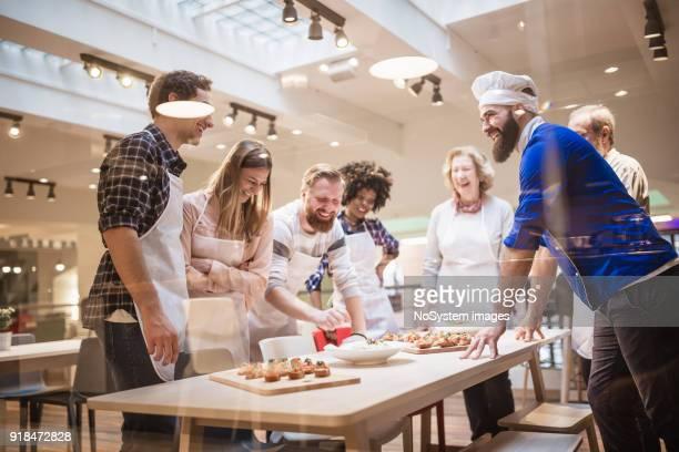 Cuisson participants classe bénéficiant de cours de cuisine