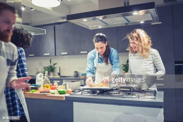 participantes de classe culinária aproveitando a aula de culinária - comida e bebida - fotografias e filmes do acervo