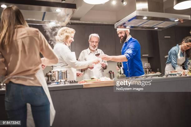 Kochen Kursteilnehmer genießen Kochkurs