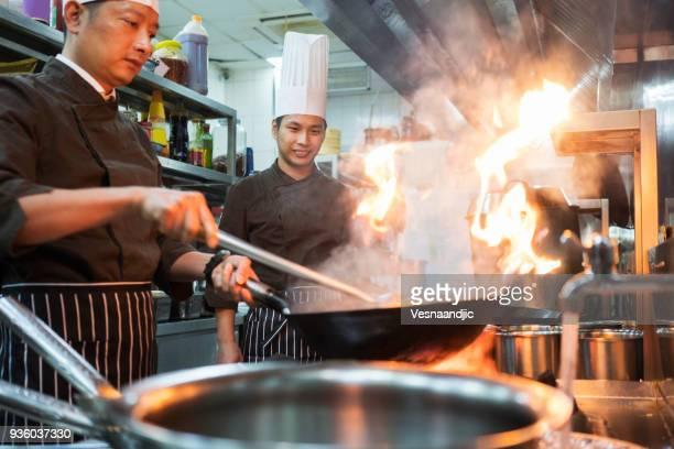 中華料理店の調理