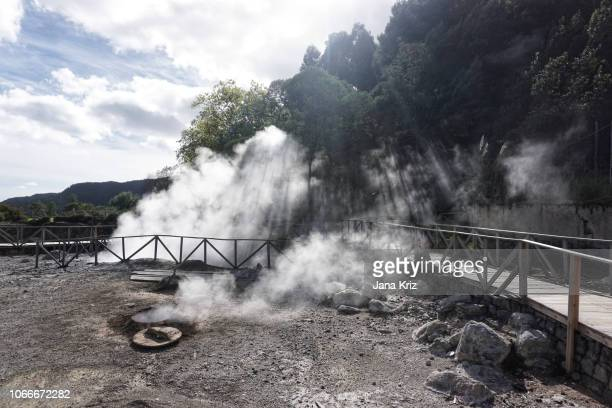 cooking in the volcanic vents of the azores islands - paisaje volcánico fotografías e imágenes de stock