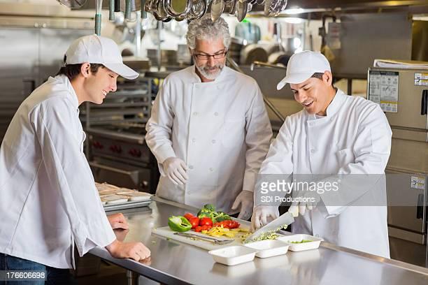 Professeur d'enseignement de cuisine cuisine en cuisine commerciale étudiants