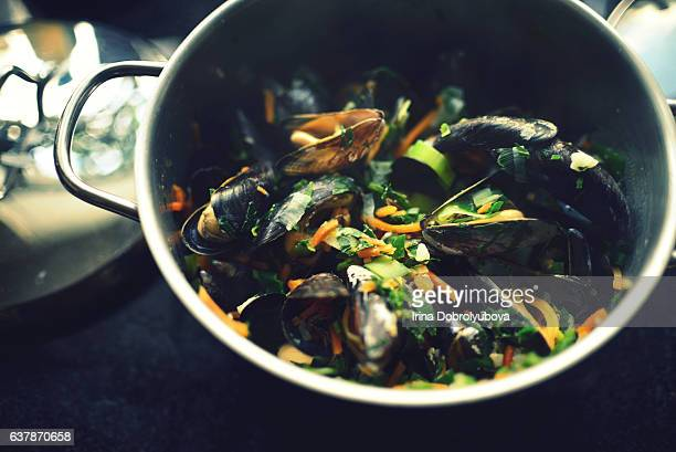 cooking mussels with vegetables