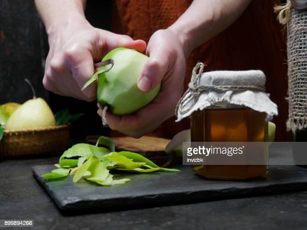 culinária peras ao vinho tinto - casca de fruta - fotografias e filmes do acervo