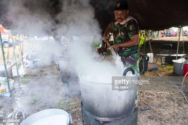 STADIUM KLUNGKUNG BALI INDONESIA Cooking rice for evacuees from the Agung volcano danger zone in the evacuation camp in the sports stadium of...