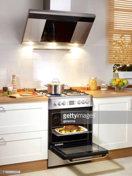 kochen roastbeef - grill zubereitung stock-fotos und bilder
