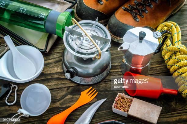 調理セット。木製の床の装置および付属品、山のハイキングの旅を旅行します。 - アウトドア ストックフォトと画像