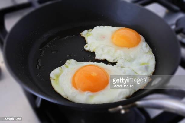 cooking two sunny side up eggs - rafael ben ari - fotografias e filmes do acervo