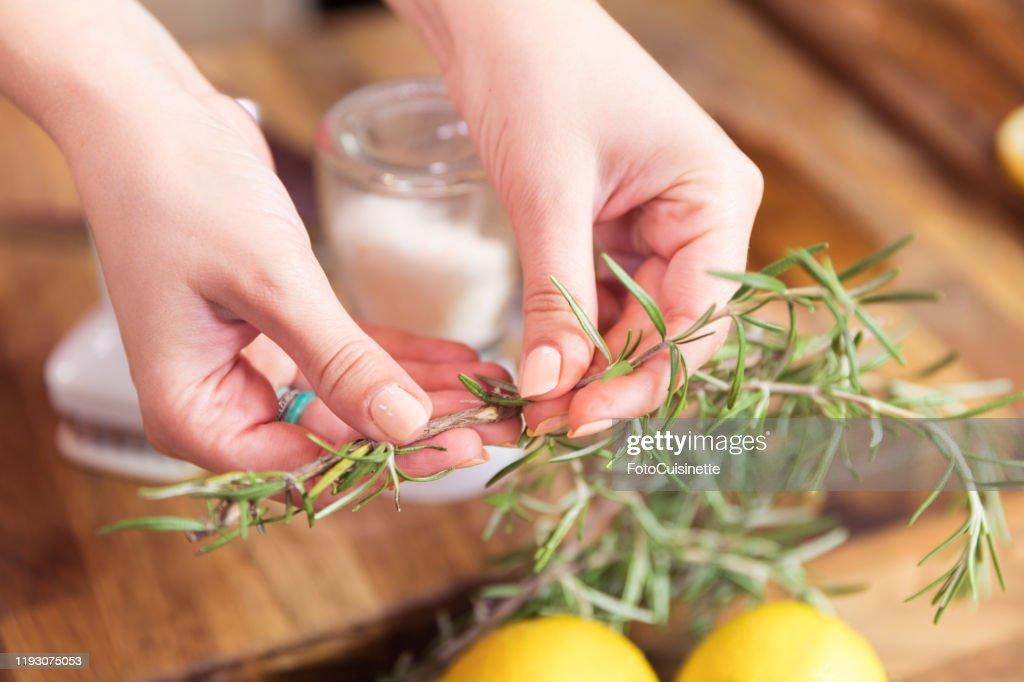 Koken met rozemarijn. : Stockfoto