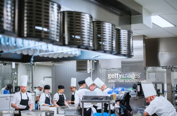 Cooks and kitchen workers prepare the 2017 Nobel Banquet in the kitchen of the Stockholm city hall on December 7 2017 / AFP PHOTO / Jonathan...