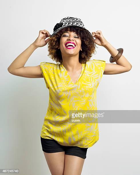 Cool jeune femme américaine Afro portant sunhat