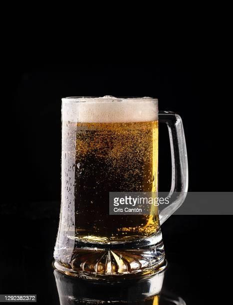 cool beer in pint glass - cris cantón photography fotografías e imágenes de stock