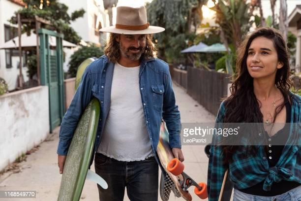 couples frais dans la plage de venise - la californie - cheveux longs photos et images de collection