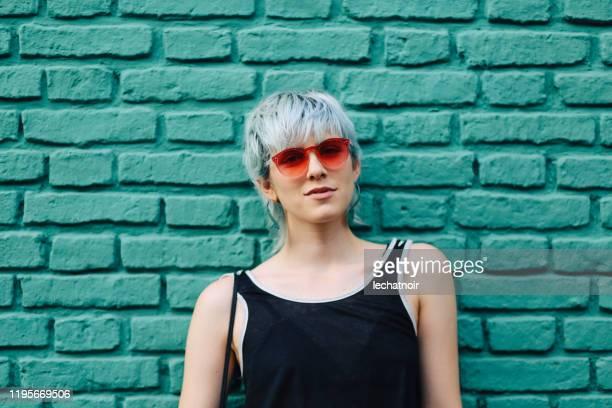 menina fresca com os óculos de sol que levantam - óculos escuros acessório ocular - fotografias e filmes do acervo