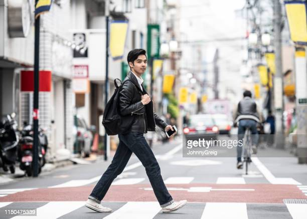 シマウマの交差点にある20の交差通りにいるクールな日本人男性 - horizontal ストックフォトと画像