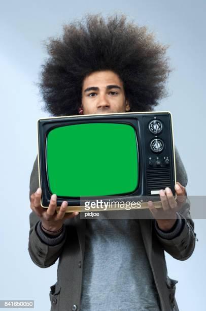 cool man met afro haar en vintage tv, scherm chromakey