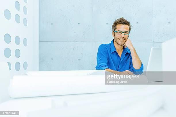 Coole mittleren Alter Mann im Büro