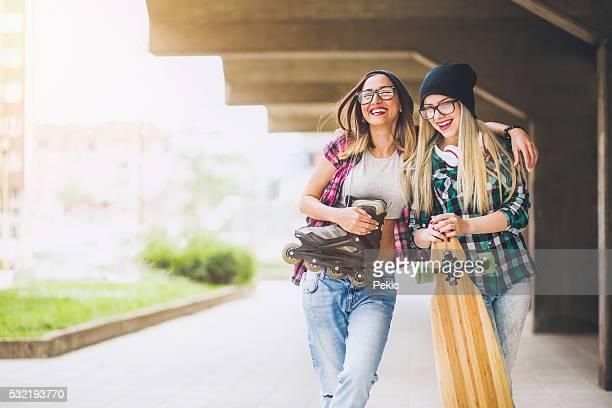 Cool adolescente longboarders souriant et parler