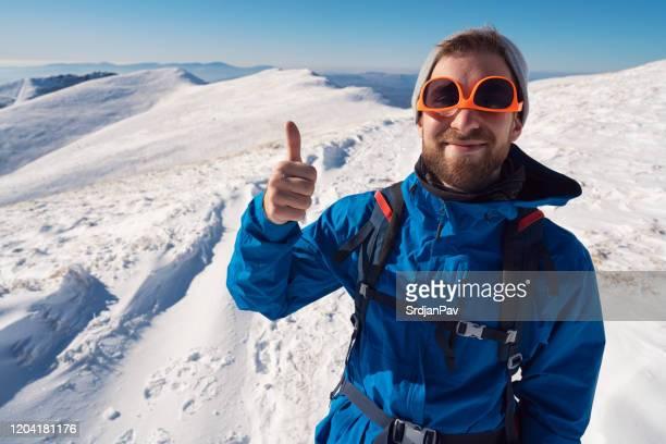 temps frais sur la haute montagne - froid humour photos et images de collection