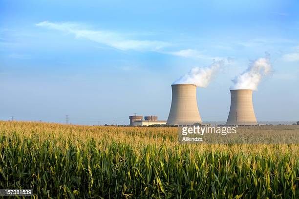 cooling towers byron il - nuclear power station stock pictures, royalty-free photos & images