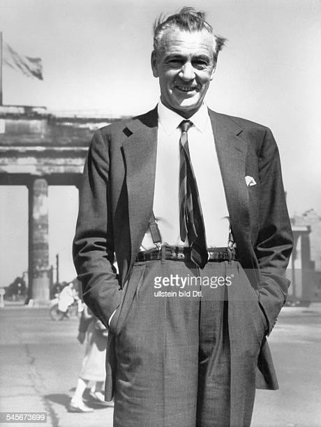 Cooper, Gary *-+Schauspieler, USA- Halbportrait, Berlin Besuch: vor dem Brandenburger Tor-1956