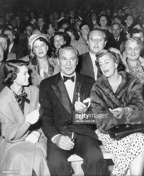 Cooper Gary *Schauspieler USA mit Ehefrau Veronica und Tochter Maria waehrend einer Veranstaltung in der Berliner Waldbuehne 1959