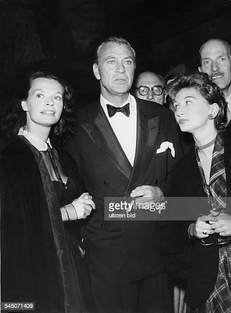 Cooper Gary *Schauspieler USA mit Margot Hielscher und Evelyn Kuennecke waehrend der Filmfestspiele Berlin 1953
