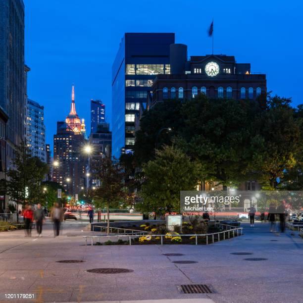 cooper square twilight - new york - east village stock-fotos und bilder