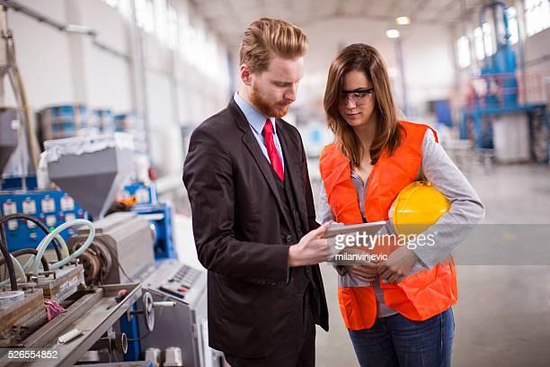 um cooperação entre o chefe e trabalhador em uma fábrica - controle de qualidade - fotografias e filmes do acervo