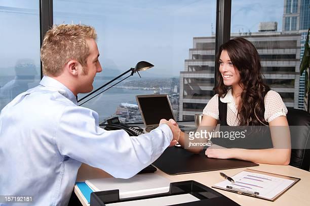 Zusammenarbeit: Geschäftsleuten beim Händeschütteln