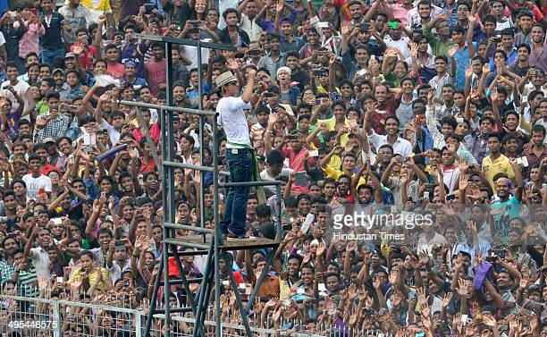 KKR coowner and Bollywood actor Shahrukh Khan waving to huge crowd of KKR fans during felicitation ceremony of the IPL champions Kolkata Knight...