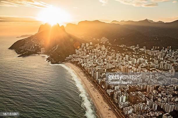 copacabana at sunset - copacabana rio de janeiro stock-fotos und bilder