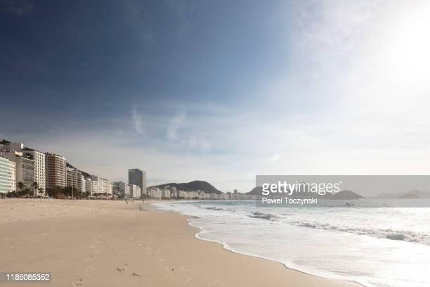 copacabana beach and district overlooking sugarloaf mountain, rio de janeiro, brazil - copacabana rio de janeiro stock-fotos und bilder